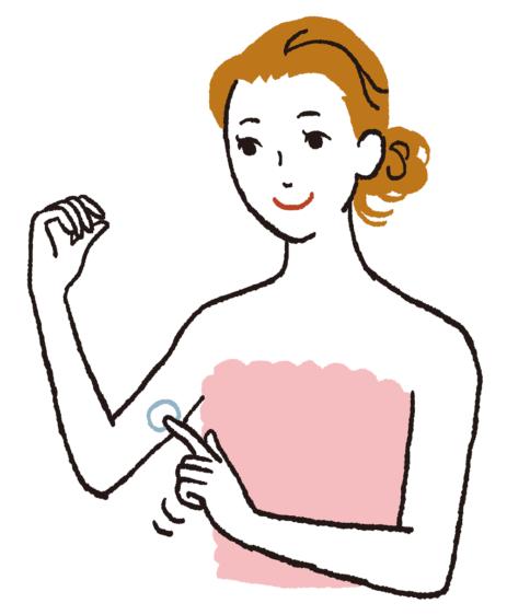 化粧品を二の腕に塗ります