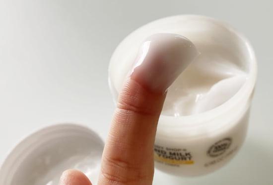 ボディショップのボディヨーグルト アーモンドミルクを手に取る