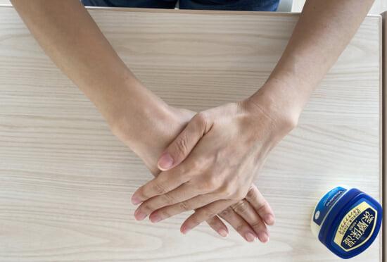 ワセリンは手の温かさでやわらかくなります