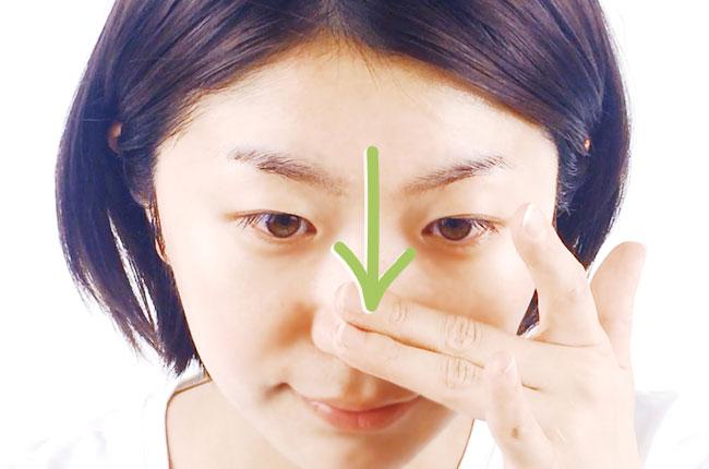 ゲルを鼻筋に伸ばす写真