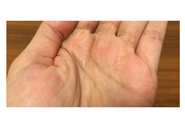 プラセンタ原液を手に取った写真
